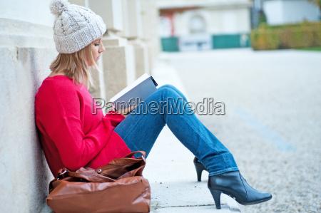 mulher nova que le um livro