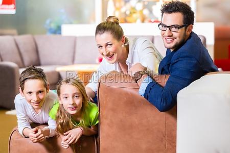 a familia compra sofa na loja